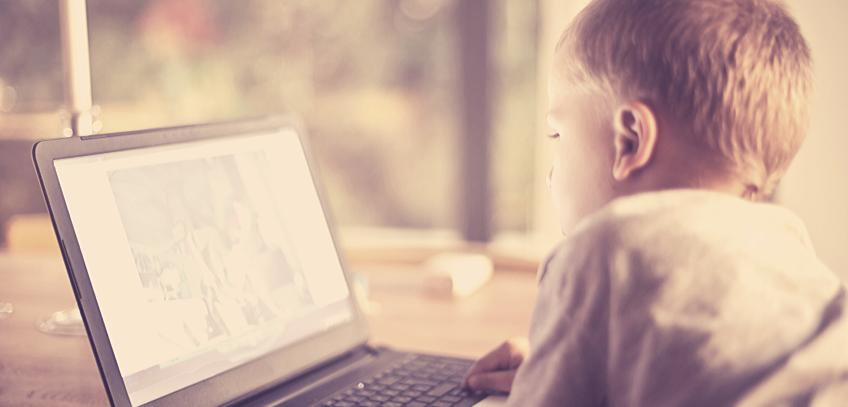 dziecko przy komputerze, dziecko, komputer, rodzina